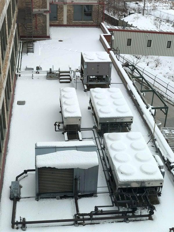 Parecem peças de Lego, mas são apenas o sistema de refrigeração de uma empresa durante nevasca