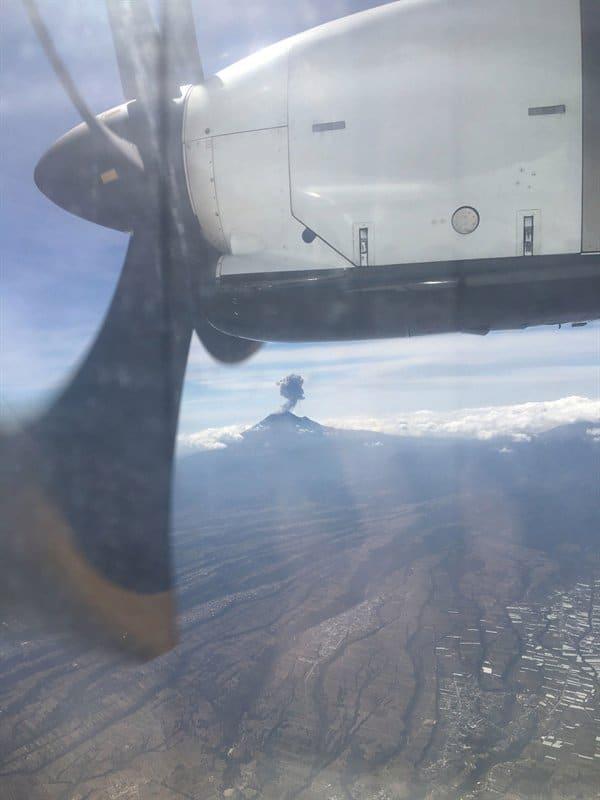 Avião passando próximo a um vulcão em erupção