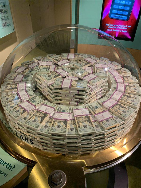Um milhão de dólares em notas de US$ 20 em exposição no Fed Money Museum