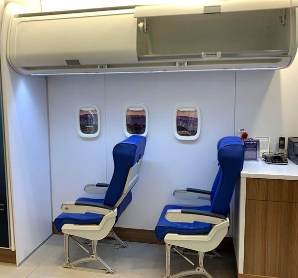 Loja de malas no Canadá possui parte de um avião para que os clientes possam testar se suas malas caberão no compartimento