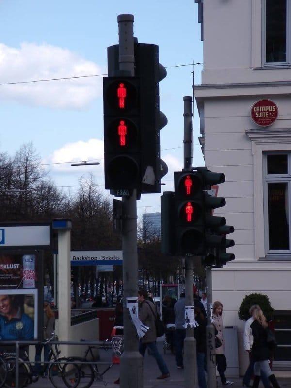 Em Hamburgo, quase todos os semáforos possuem 2 sinais vermelhos, caso um deles quebre