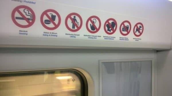 No metrô de Singapura, você não pode mascar chicletes ou beijar