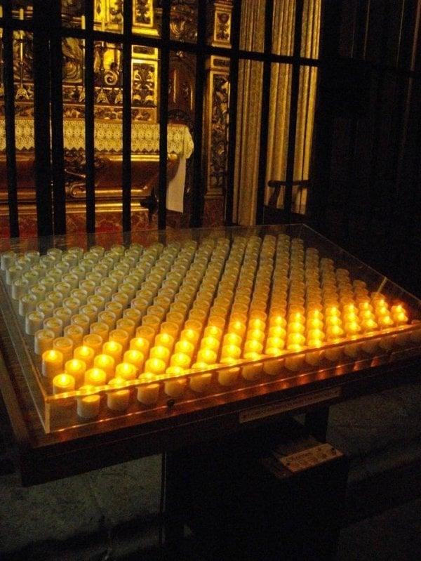 Algumas igrejas europeias utilizam velas elétricas - você coloca uma moeda e elas acendem
