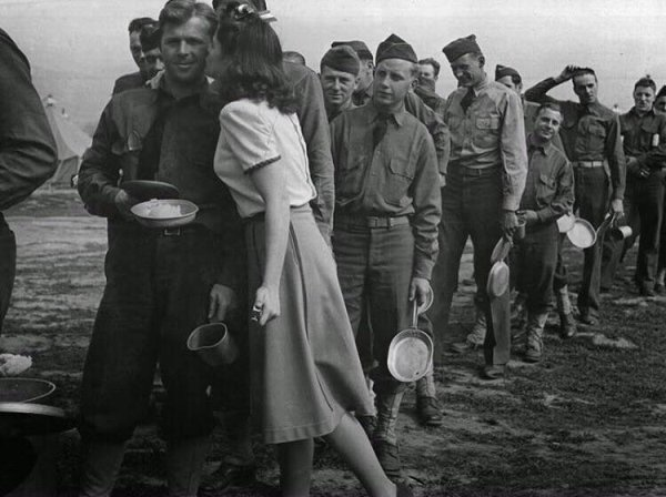Durante a Segunda Guerra Mundial, uma jovem atriz decidiu tentar beijar 10 mil soldados para motivá-los