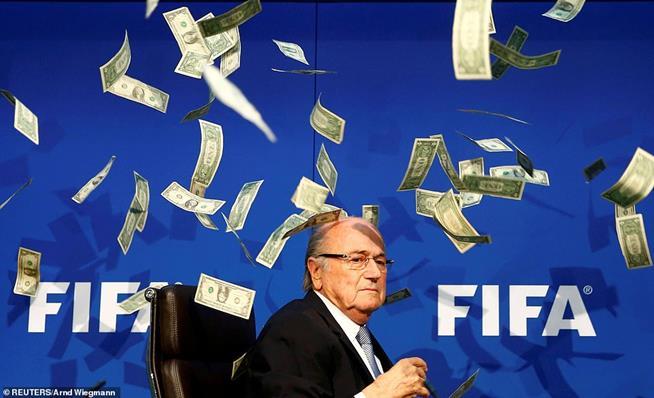 Comediante  Simon Brodkin (que não aparece na foto) joga dinheiro falso no presidente da FIFA, Sepp Blatter, em entrevista coletiva após Reunião Extraordinária do Comitê Executivo da FIFA, em Zurique, em 20 de julho de 2015. Naquela ocasião, sete dirigentes ligados à FIFA foram presos, entre os quais o ex-presidente da CBF, José Maria Marin. Uma investigação interna da FIFA, conduzida pelo escritório de advocacia Quinn Emanuel, divulgou que o ex-presidente Joseph Blatter e mais dois altos funcionários da entidade fizeram um esforço condenado para se enriquecer com mais de 79 milhões de francos suíços. Em 2 de junho de 2015, Blatter não se sentiu apoiado pelo mundo do futebol e renunciou ao cargo