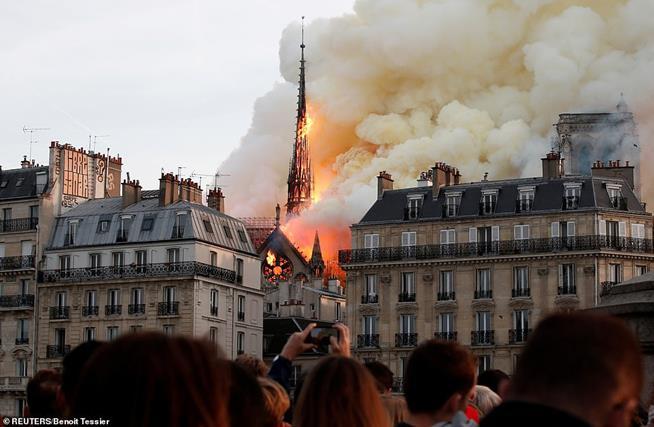Catedral de Notre Dame, em 15 de abril de 2019. A estrutura está sendo reconstruída e grande parte do mundo se uniu para auxiliar nesse reconstrução