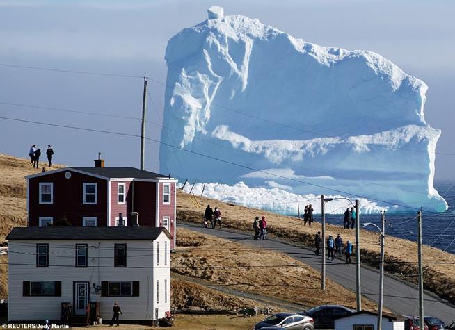 Iceberg passa perto de Ferryland, Canadá, em abril de 2017. Ele possuía uma altura de 150 metros, e era ainda maior do que aquele que atingiu e afundou o Titanic em 1912