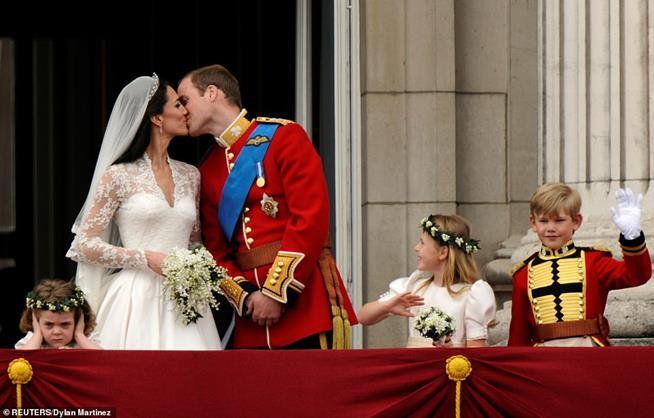 Príncipe William e sua esposa Catherine se beijam na varanda do Palácio de Buckingham, ao lado das damas de honra. Mas quem roubou a cena foi Grace, a afilhada de três anos do príncipe, cobrindo os ouvidos durante o primeiro beijo público do casal para delírio da multidão