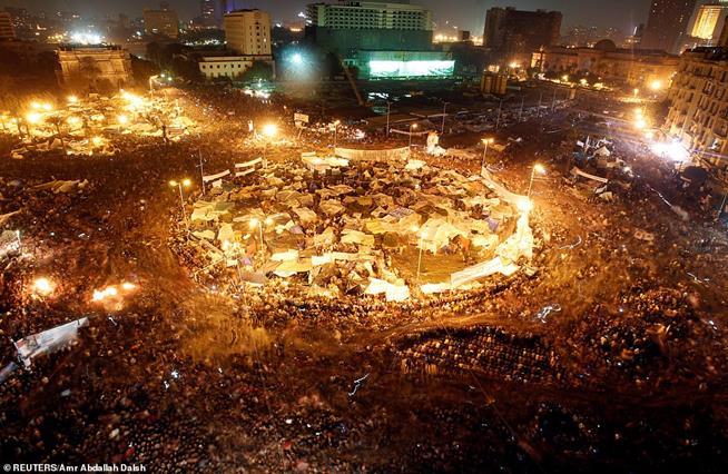 Manifestantes tomam a Praça Tahrir após anúncio da renúncia do presidente egípcio Hosni Mubarak, no Cairo, Egito, em 11 de fevereiro de 2011. Esses protestos provocaram o que hoje é conhecido como Primavera Árabe