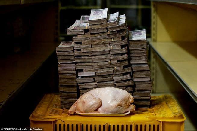 O dinheiro necessário para comprar um frango na Venezuela. O país mergulhou num caos político e econômica que elevou a inflação a níveis incríveis
