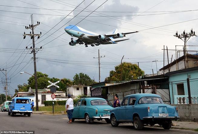 O Força Aérea Um carregando o presidente dos EUA, Barack Obama, sobrevoando bairro de Havana a poucos metros do aeroporto internacional de Havana, Cuba, em 20 de março de 2016. Obama foi o primeiro presidente em quase 90 anos a visitar a ilha