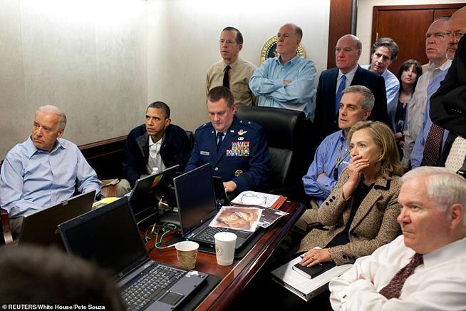Presidente Obama assiste pela TV ação das tropas numa missão contra Osama bin Laden. Uma câmera foi presa ao capacete de um militar para transmitir as imagens