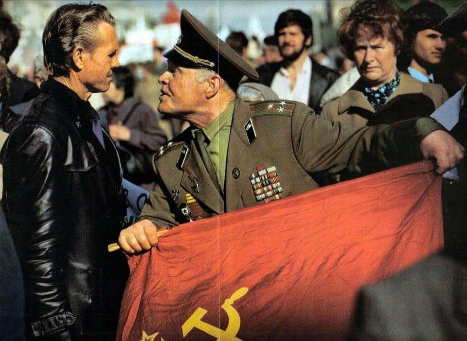 Veterano do Exército Vermelho confrontando manifestante anticomunista na Rússia, 1990