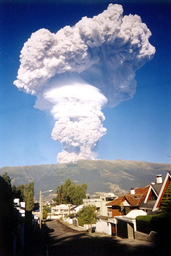 Vulcão Pichincha em erupção na capital equatoriana de Quito, em 7 de outubro de 1999