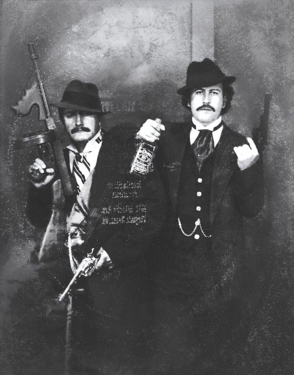 Pablo Escobar (à direita) se apresenta como gangster em Las Vegas, ao lado de seu primo Gustavo Gaviria, nos anos 80