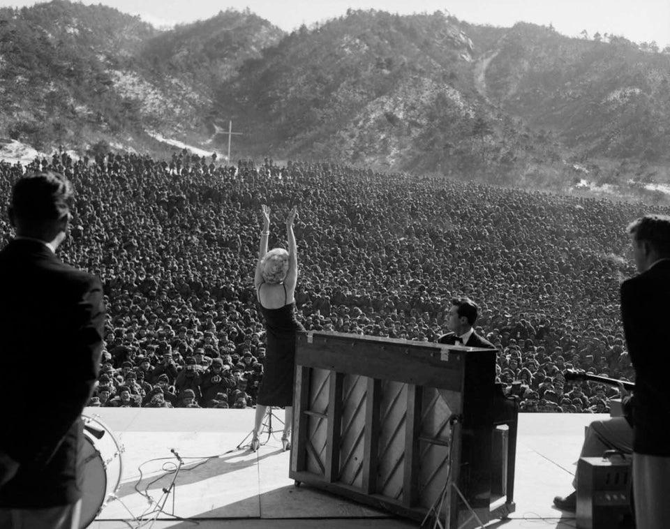 Marilyn Monroe se apresentando para milhares de soldados americanos na Coréia, 1954