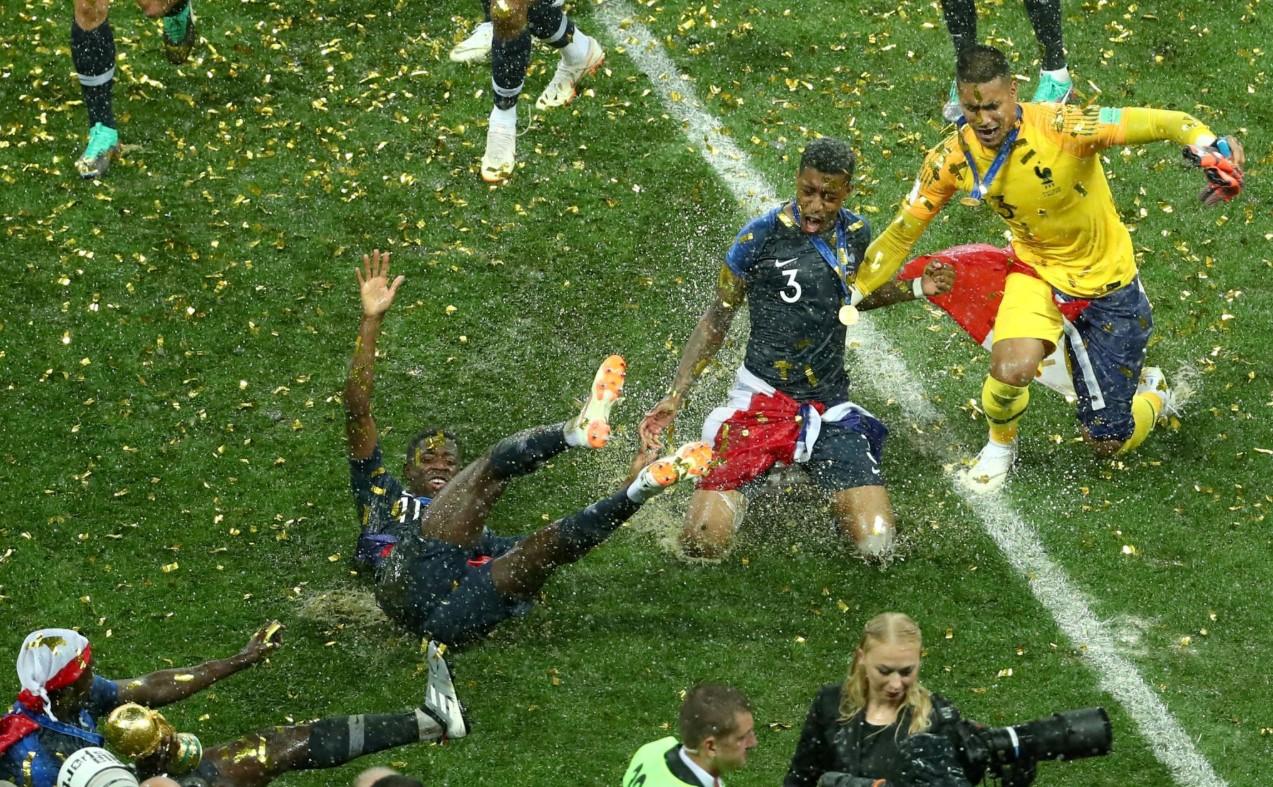 Jogadores franceses Dembele, Kimpembe e Areola comemorando a conquista da Copa do Mundo, 15 de julho de 2018