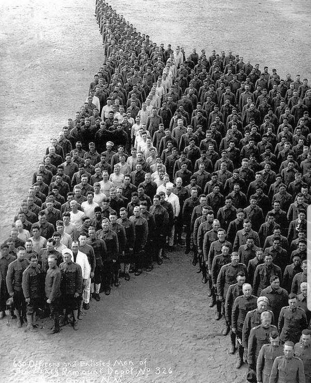 Soldados em homenagem aos 8 milhões de cavalos e mulas que morreram durante a Primeira Guerra Mundial, 1915