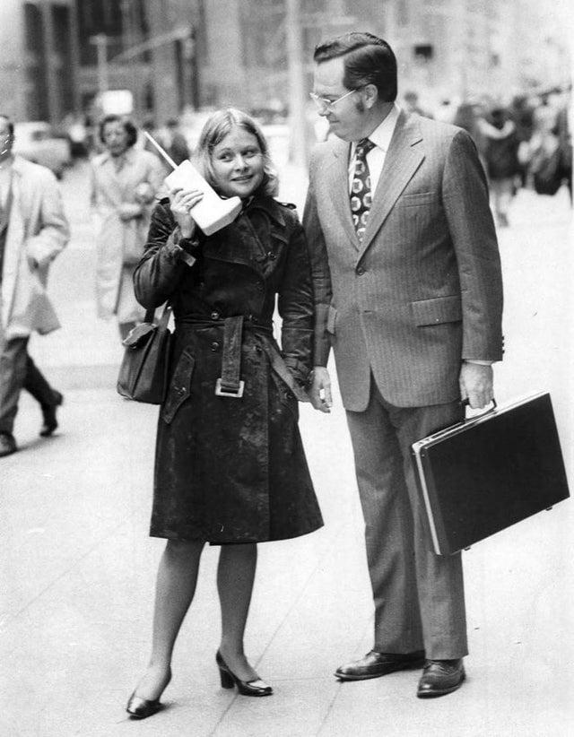 Jeanne Bauer com seu revolucionário telefone celular DynaTAC no centro de Nova Iorque, acompanhada de John Mitchell, engenheiro da Motorola, em 1973