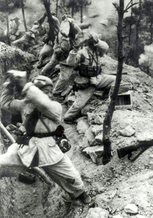 Soldados chineses desesperadamente atiram pedras nos sul-coreanos após ficarem sem munição durante Batalha de Triangle Hill, novembro de 1951