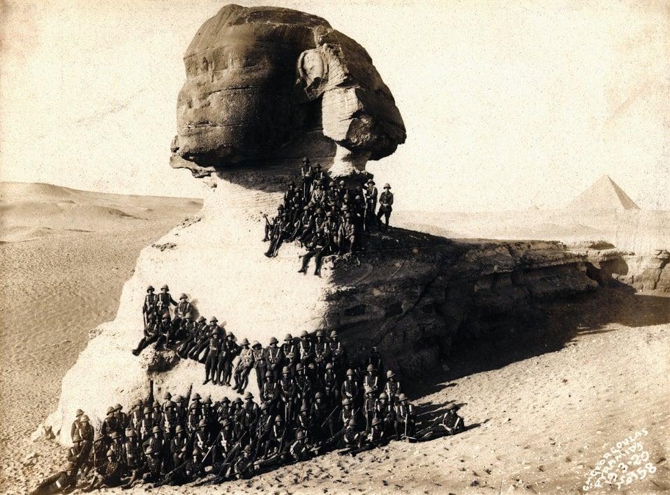 Soldados de infantaria posam na Grande Esfinge, em Gizé, março de 1920