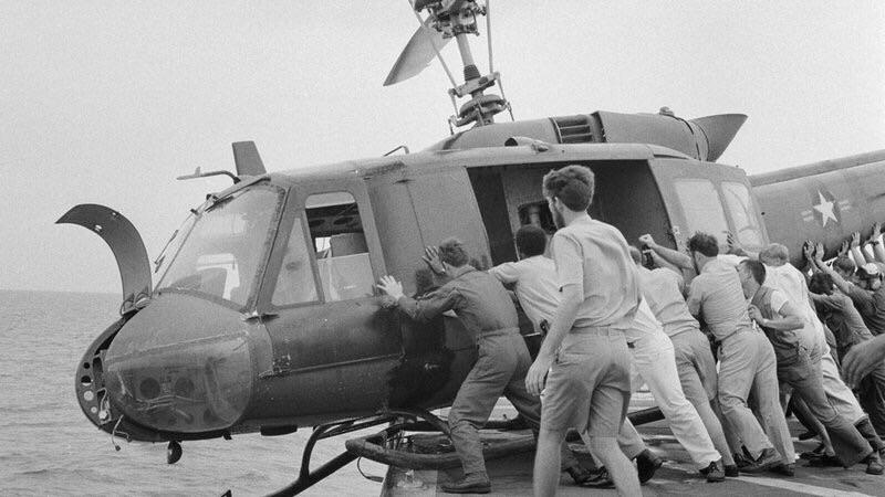 Soldados americanos empurram helicóptero para o mar a fim de obter mais espaço durante a retirada do Vietnã, 1975