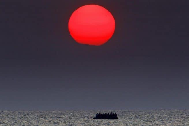 Bote superlotado com refugiados sírios à deriva no mar Egeu, entre a Turquia e a Grécia, após navio apresentar problemas na ilha grega de Kos