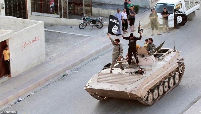 Combatentes do Estado Islâmico participando de desfile militar pelas ruas da província de Raqqa, norte da Síria, em 30 de junho de 2014. O Estado Islâmico assumiu a cidade, tornando-a capital do chamado califado, até serem expulsos por líderes da coalizão, em 2017