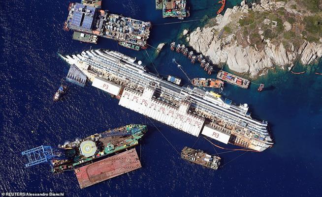 Vista aérea do navio Costa Concórdia, que afundou na ilha Giglio, na Itália, em 26 de agosto de 2013. Um total de 32 pessoas morreram quando o navio atingiu as rochas. O capitão Francesco Schettino foi condenado por homicídio culposo, por abandonar o navio e por fornecer informações falsas às autoridades portuárias