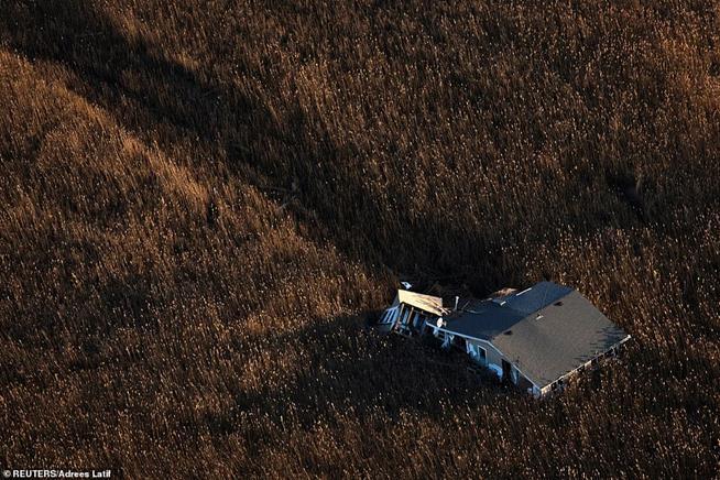 Vista aérea de uma casa arrastada através do pântano pelo furacão Sandy, que atingiu o nordeste dos EUA em 2012