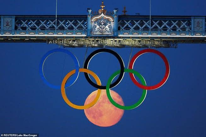 Lua cheia nasce atrás dos Anéis Olímpicos pendurados na Tower Bridge durante os Jogos Olímpicos de Londres, em 2012