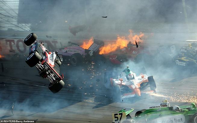 Carro do piloto Will Power (à esquerda) voando após envolver-se numa batida espetacular numa etapa do Mundial de Formula Indy, em Nevada, EUA, 16 de outubro de 2011. Dan Wheldon (cujo carro não aparece na foto) morreu no mesmo acidente