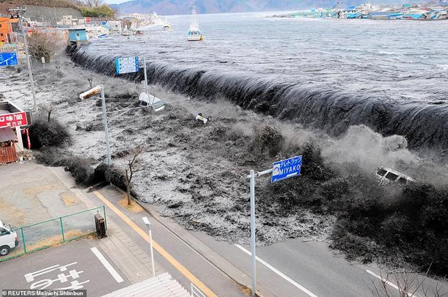 Onda se aproxima de Miyako, estuário de Heigawa, província de Iwate, onde foi registrado terremoto de magnitude 8,9, atingindo a área de Miyako, Japão, em 11 de março de 2011. Este foi o terremoto mais poderoso já registrado no país