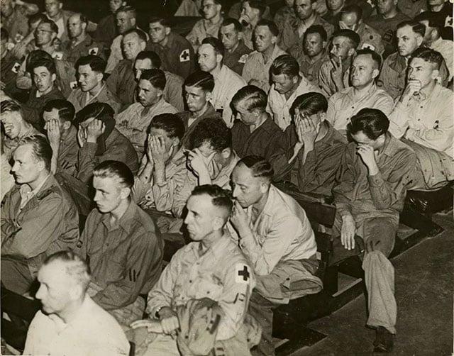 Reação de soldados alemães ao verem imagens de campos de concentração. Esse processo fazia parte de uma política de desnazificação. O programa incluía visitas obrigatórias a campos de concentração, contato com pôsteres contendo cadáveres de prisioneiros pendurados em locais públicos e sessões de filmes que documentavam o tratamento nazista a pessoas consideradas