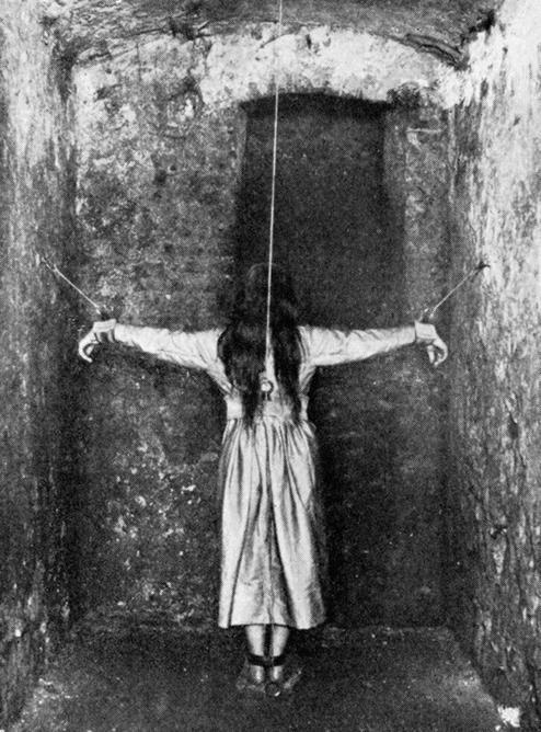Paciente internada numa instituição para tratamento de doenças mentais na França, em 1900