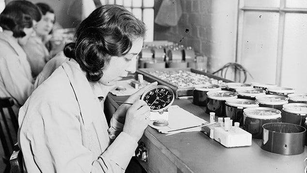 ntre 1917 e 1926, 4 mil trabalhadoras foram informadas que a tinta luminosa (à base do elemento químico rádio)  usada nos mostradores do relógio era inofensiva e foram incentivadas a lamber os pincéis para formar uma ponta mais fina. Mais tarde, elas ficaram conhecidas como as