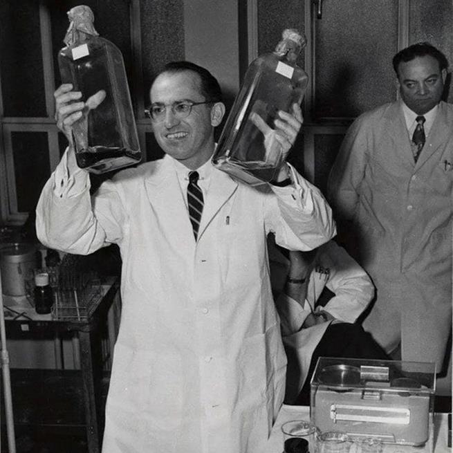 Jonas Salk cria a primeira vacina contra a poliomielite, em 1955. Salk não patenteou sua vacina, salvando milhões de vidas como resultado