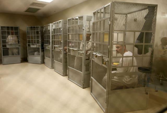 Prisioneiros participam de uma sessão de terapia de grupo na prisão de San Quentin, no estado de San Quentin, California, em 8 de junho de 2012. A prisão de San Quantin é a mais antiga unidade correcional da Califórnia e abriga uma câmara de gás