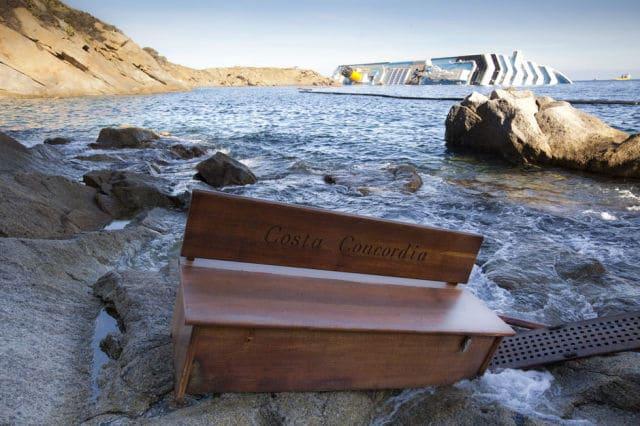 Um banco com o nome do Costa Concordia gravado é encontrado na costa da ilha Giglio, em 20 de janeiro de 2012. A embarcação bateu em uma rocha e tombou nas águas da ilha italiana. O acidente foi provocado por uma manobra errada do comandante Francesco Schettino e deixou 32 mortos e 157 feridos