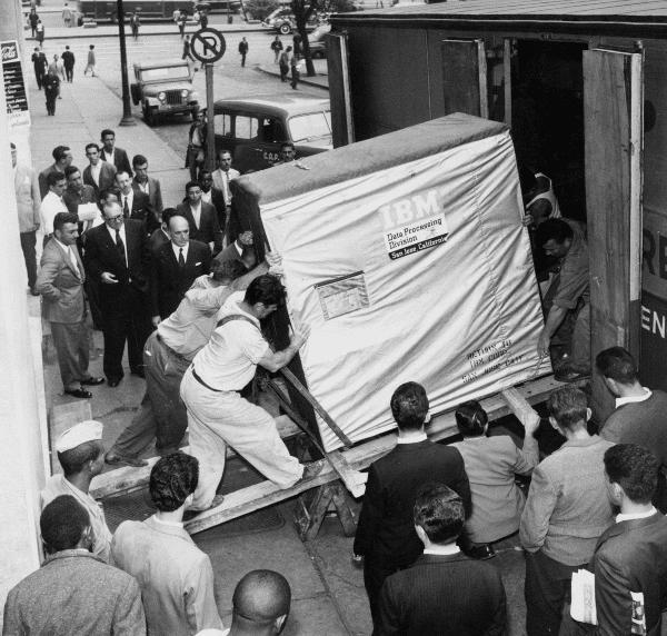 Disco rígido de apenas 5 megabytes sendo transportado pela IBM, em 1956