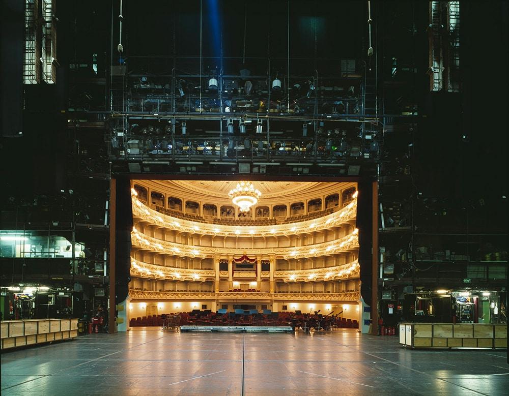 Visão traseira de um palco da Broadway