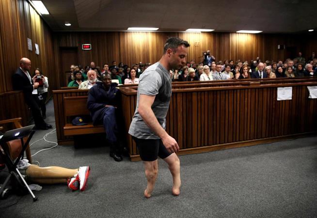 O medalhista de ouro paralímpico Oscar Pistorius atravessa o tribunal sem suas próteses durante julgamento pelo assassinato da sua namorada, em 15 de junho de 2016