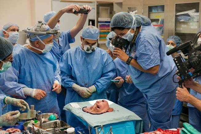 Equipe médica de hospital em Cleveland, EUA, acompanha transplante de rosto de uma paciente chamada Katie Stubblefield, que teve seu rosto destruído em tentativa de suicídio