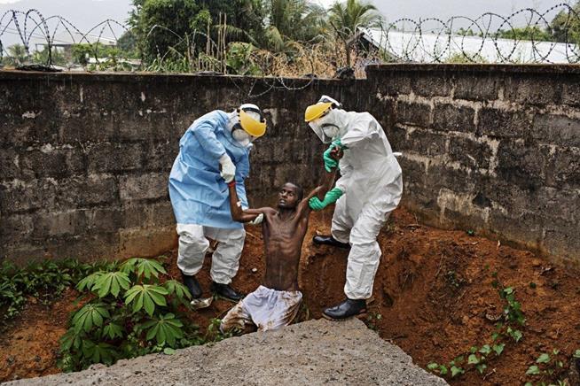 Paciente com ebola de um centro de tratamento de Serra Leoa foge da área de quarentena e tenta escalar uma parede para fugir. Foram necessários um policial armado e dois técnicos de enfermagem para controlar o homem e levá-lo de volta para a cama. Ele morreu 12 horas depois