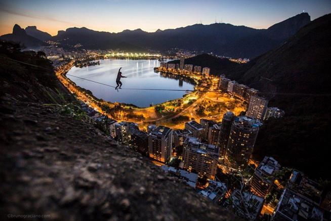 Praticante de slackline caminha sobre fita a 170 metros de altura no Rio de Janeiro