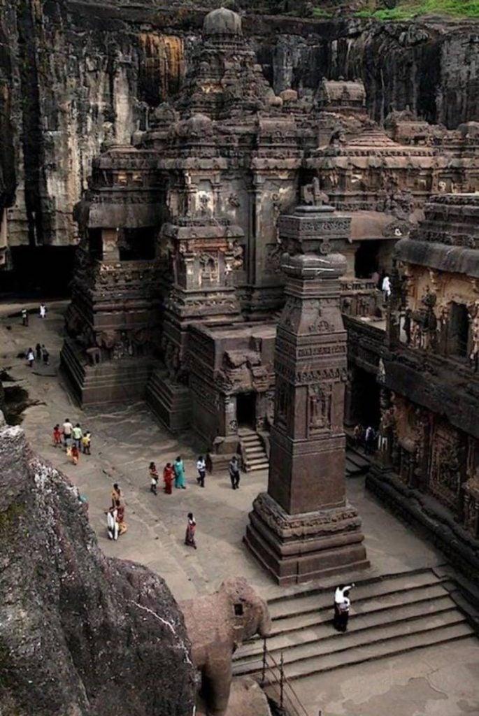Templo de 1300 anos esculpido numa rocha
