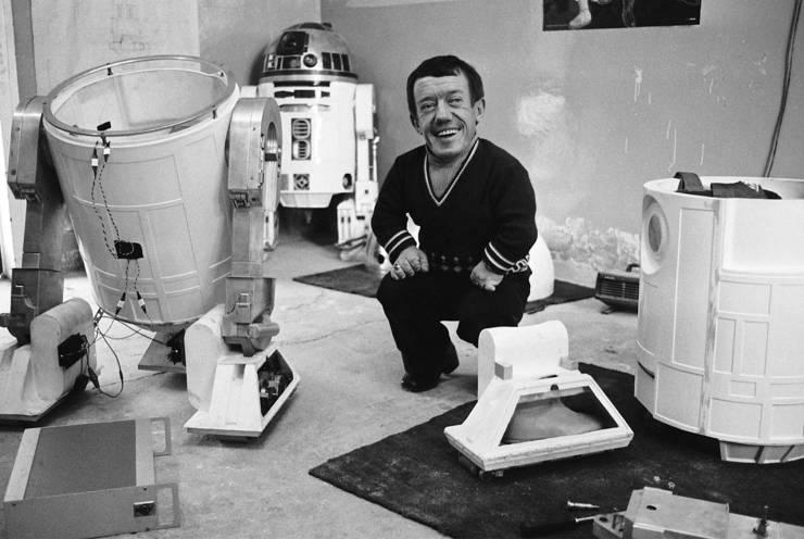 Kenny Baker, que atuou como R2-D2 em Star Wars