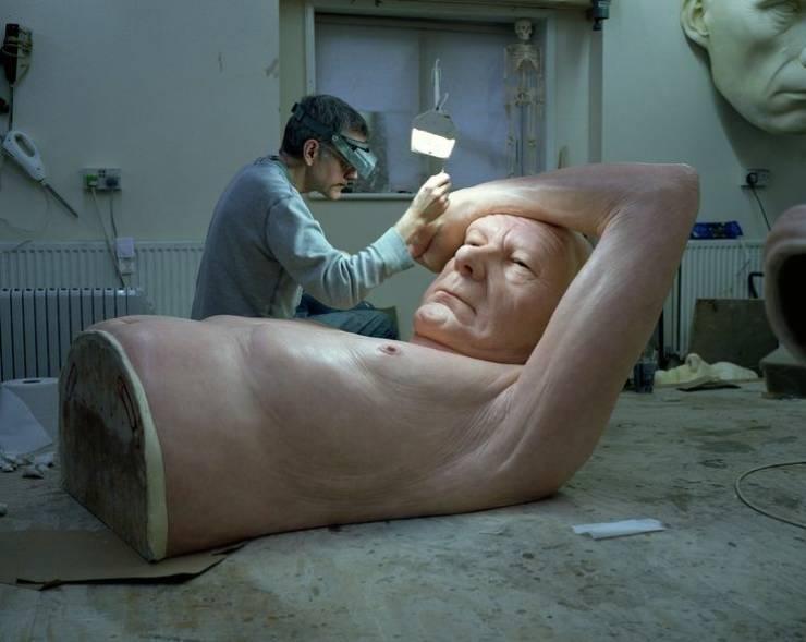 Escultor londrino Ron Mueck trabalhando em esculturas incrivelmente realistas. Ele usa resina, fibra de vidro, silicone entre outros materiais