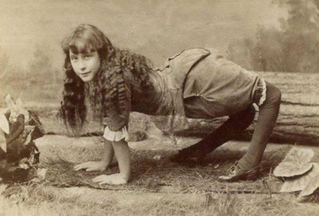 Nascida com uma condição rara que fazia com que seus joelhos dobrassem para trás, Ella Harper, conhecida profissionalmente como A Garota Camelo, recebia 200 dólares por semana como estrela de um show de horrores na década de 1880.
