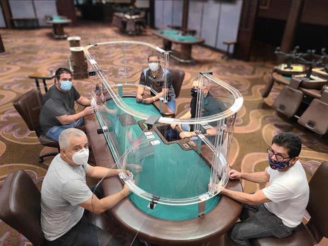 Cassino na Flórida criou mesa de pôquer com mecanismo de segurança para proteger os jogadores em meio à pandemia de coronavírus